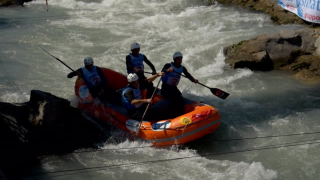 the turkish men's under 19 rafting team in the slalom competition on the dora baltea river during world rafting championship on 23 july 2018, ivrea - world rafting championship video stock e b–roll