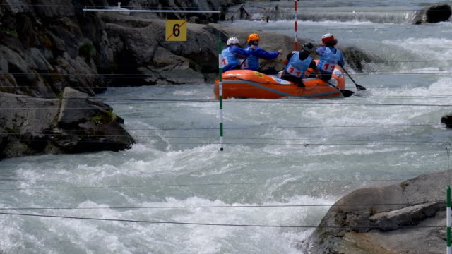 the turkish men's under 23 rafting team in the slalom competition on the dora baltea river during world rafting championship on 23 july 2018, ivrea - world rafting championship video stock e b–roll