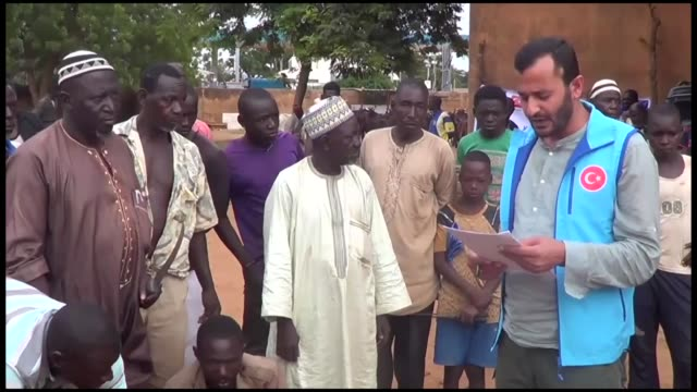 the turkiye diyanet foundation distributes eid meat to around 2 million needy people in niamey, niger on august 24, 2018. the foundation's niger... - ニアメ点の映像素材/bロール