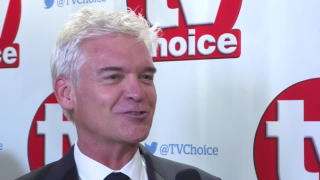 the tv choice awards red carpet interviews; lord fellowes interview sot phillip schofield chatting phillip schofield interview sot gaby roslin and... - フィリップ スコフィールド点の映像素材/bロール
