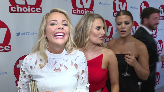 vídeos de stock, filmes e b-roll de the tv choice awards red carpet interviews; vic reeves and wife nancy sorrell chatting to press / people on red carpet lydia bright, dani armstrong,... - vic reeves