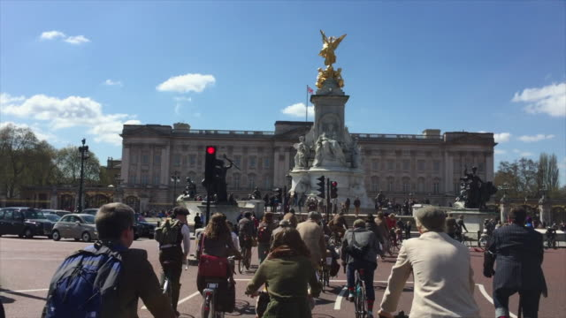 the tweed run, passing buckingham palace, london on a glorious spring morning. - attending stock videos & royalty-free footage