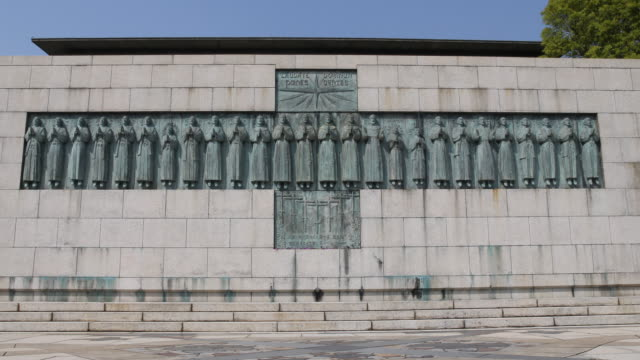 vídeos de stock e filmes b-roll de the twenty-six martyrs' monument at the twenty-six martyrs museum in nagasaki, japan the museum was built 1962 to commemorate the 26 christians who... - bagdade