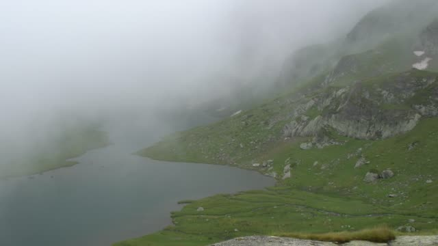 vídeos y material grabado en eventos de stock de the twins lake, one of the the seven rila lakes - wide at both ends and narrow in the middle - montón de piedras