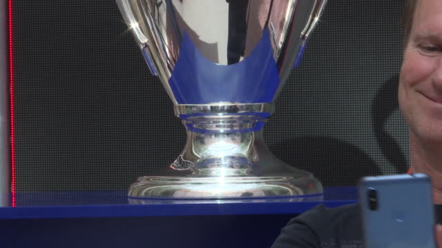 vídeos y material grabado en eventos de stock de the uefa champions league trophy is displayed at casa de correos the madrid region's headquarters next to the 'champions legends gallery' exhibition... - liga de campeones