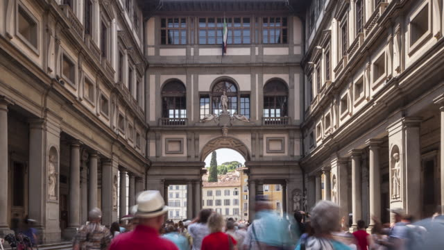 vídeos de stock e filmes b-roll de the uffizi gallery in florence, italy. dating from 1560, the building now houses some of the oldest and most famous art museum's of europe. - museu de arte