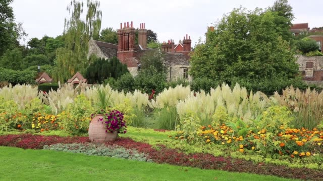 stockvideo's en b-roll-footage met the uk town of lewes has many historical buildings. one is southover grange built in 1572. adjoining the house are beautiful gardens remarkable for... - kerktoren