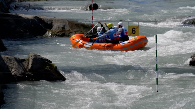 the ukrainian men's under 23 rafting team in the slalom competition on the dora baltea river during world rafting championship on 23 july 2018, ivrea - world rafting championship video stock e b–roll