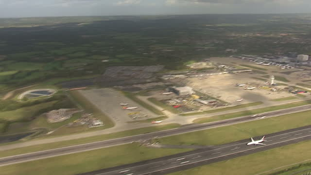 the uk's second biggest airport gatwick is looking at adding a second runway. the move could help take pressure off any expansion at heathrow, but... - größter stock-videos und b-roll-filmmaterial