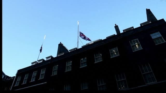 the union jack flag has been lowered at 10 downing street to honour the twelve victims of the charlie hebdo attack in paris - publikation stock-videos und b-roll-filmmaterial