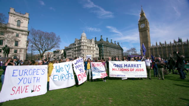 the unite for europe march outside houses of parliament parliament square london - バナー看板点の映像素材/bロール
