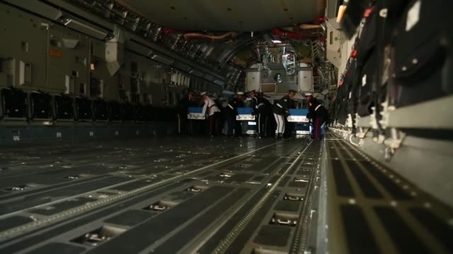 stockvideo's en b-roll-footage met the united nations command conduct a ceremony at osan air base, republic of korea, in honor of repatriated remains believed to be those of u.s.... - repatriëring