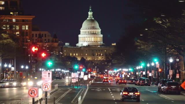 vídeos de stock, filmes e b-roll de o capitólio dos estados unidos cityscape à noite, washington, d.c., estados unidos - pennsylvania avenue