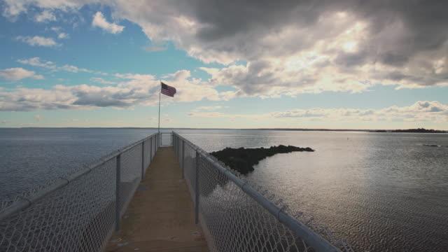 vídeos de stock, filmes e b-roll de bandeira dos estados unidos sobre o mar. vista panorâmica de estática. - lago reflection