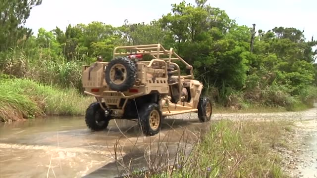 the united states marine corps is a mobile force and can respond to situations with lightning fast speed 4th marine regiment trains with the utility... - 米軍点の映像素材/bロール