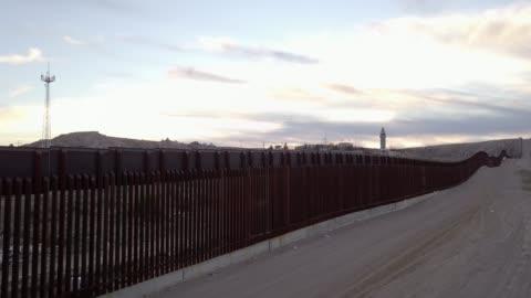 stockvideo's en b-roll-footage met de verenigde staten mexico internationale grens muur tussen sunland park new mexico en chihuahua, mexico, puerto anapra - omwalling