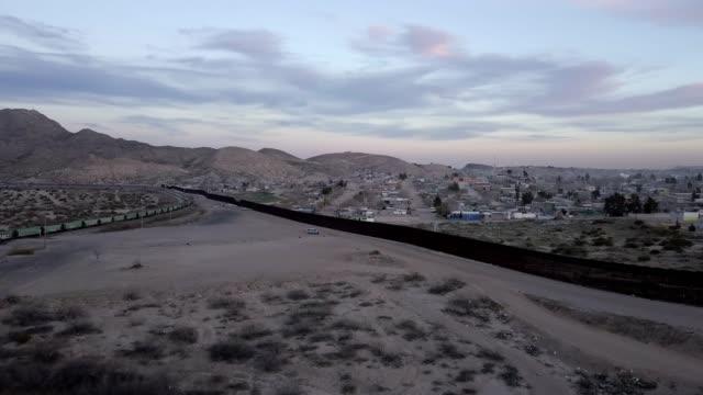 stockvideo's en b-roll-footage met de verenigde staten mexico internationale grens muur tussen sunland park new mexico en chihuahua, mexico, puerto anapra - internationale grensbarrière