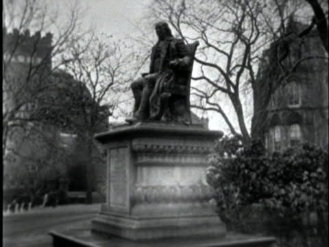 the university of pennsylvania's main campus at chapel hill features a statue of its founder benjamin franklin on its grounds - benjamin franklin video stock e b–roll