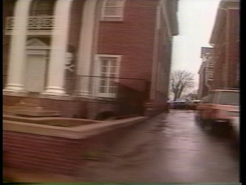 the university of virginia features several houses on fraternity row. - バージニア大学点の映像素材/bロール