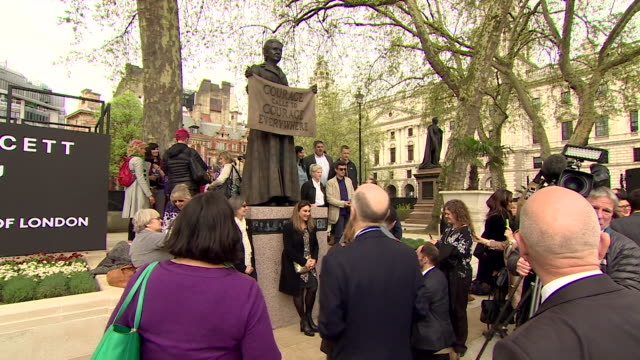 vídeos de stock, filmes e b-roll de the unveiling of the millicent fawcett statue in parliament square - estátua