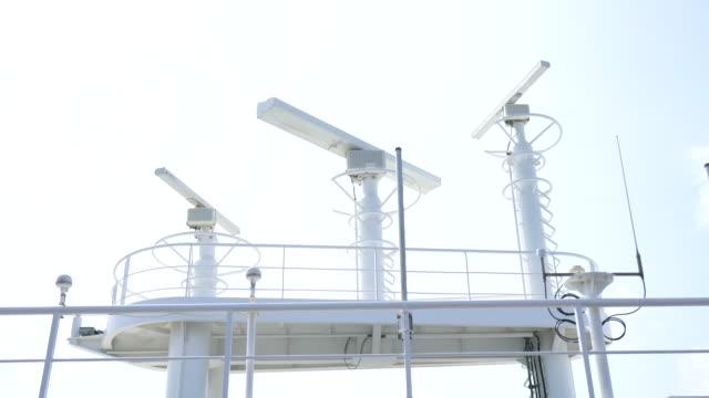 der obere teil navigational ausrüstung ist das dach eines luxuriösen kreuzfahrtschiff. - kreuzfahrt stock-videos und b-roll-filmmaterial