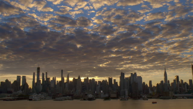 the uptown new york city skyline at dawn.  . - in silhouette stock-videos und b-roll-filmmaterial