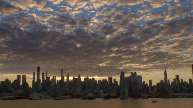the uptown new york city skyline at dawn.  . - kontur stock-videos und b-roll-filmmaterial