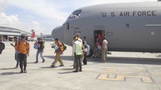 vídeos de stock e filmes b-roll de the u.s. air force deployed c-130 hercules and military personnel to indonesia in support of usaid's efforts to deliver relief supplies to the people... - planeamento civil de emergência