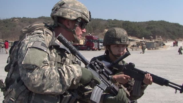 the us and south korea have agreed to indefinitely suspend two exchange program training exercises to support diplomatic negotiations with north... - militärövning bildbanksvideor och videomaterial från bakom kulisserna