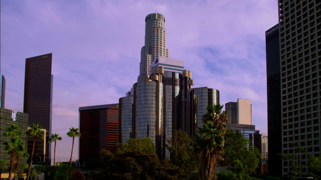 stockvideo's en b-roll-footage met the us bank tower rises over the los angeles skyline. - us bank tower
