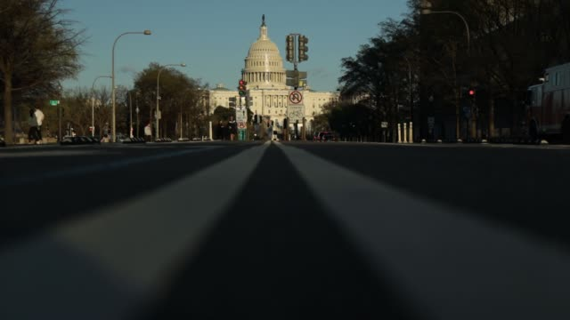 vidéos et rushes de the us capitol sits in the background as light traffic goes by on pennsylvania avenue during the coronavirus pandemic on april 2 2020 in washington... - maryland état