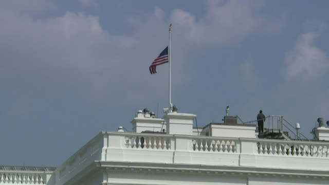 vídeos de stock e filmes b-roll de the us flag atop the white house being lowered to halfmast out of respect for senator john mccain who passed away - baixar
