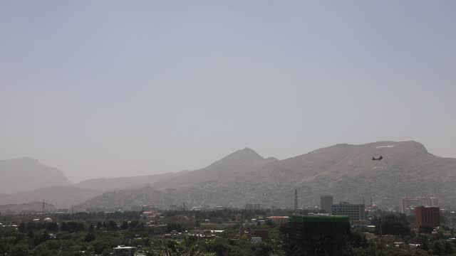 vídeos y material grabado en eventos de stock de the u.s. have started to evacuate embassy staff in afghanistan's capital as the taliban began to enter the outskirts of the capital kabul. earlier... - kabul