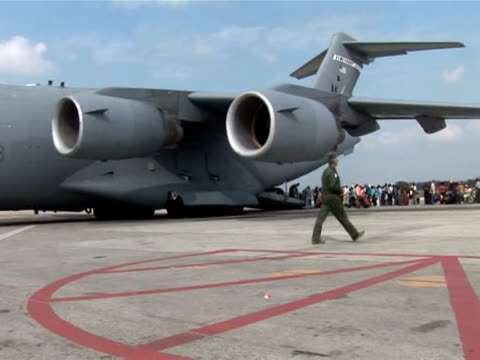 vídeos de stock e filmes b-roll de the us military is repatriating us nationals as well as haitians with us residency papers. people are being flown out of the haitian capital on... - hispaniola