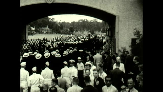 the us olympic team makes its way into the olympic stadium at the 1936 berlin olympics. - 社会保障点の映像素材/bロール