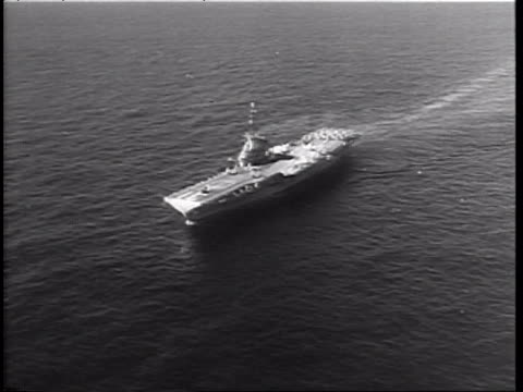 vídeos y material grabado en eventos de stock de the us quarantines all offensive weapons being shipped from russia to cuba / aerial of us military ships on ocean / us aircraft carrier uss bon homme... - 1962