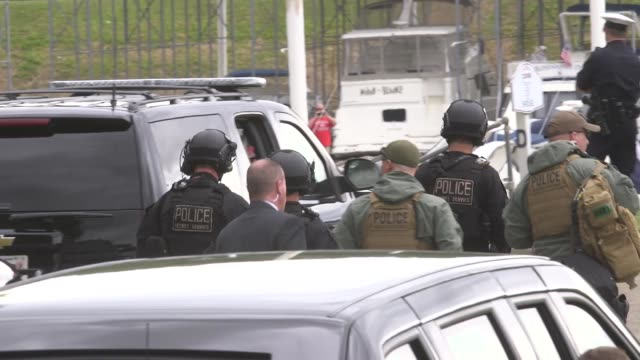 stockvideo's en b-roll-footage met the us secret service presidential protection detail counter assault team walks back to the presidential motorcade of us president donald trump after... - geheime dienstagent