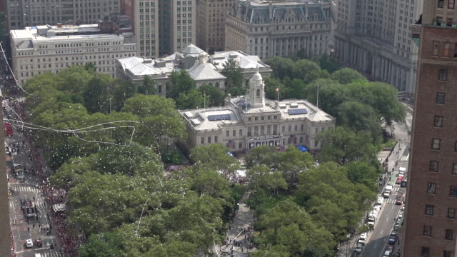 vídeos de stock, filmes e b-roll de atmosphere the us women's national soccer team victory parade and city hall ceremony on july 10 2019 in new york city - campeonato esportivo