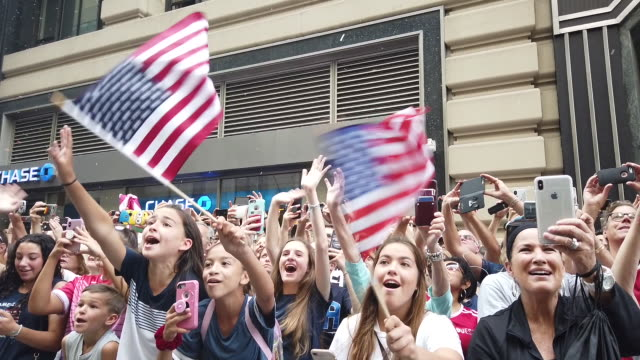 vídeos de stock, filmes e b-roll de the us women's national soccer team victory parade and city hall ceremony on july 10 2019 in new york city - campeonato esportivo