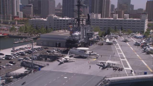vídeos de stock e filmes b-roll de the uss midway cv-41 fronts the san diego skyline. - uss midway