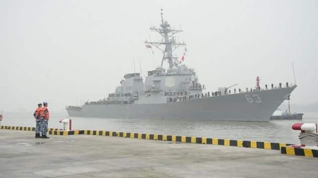 stockvideo's en b-roll-footage met the uss stethem a guided missile destroyer arrived in shanghai on monday ahead of planned drills with the peoples liberation army navy that include... - oorlogsschip