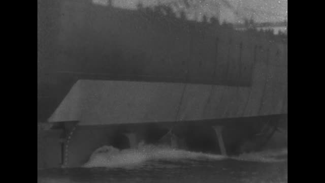 vidéos et rushes de the uss tennessee slides down the slip to the east river / note film has nitrate deterioration - pont de brooklyn