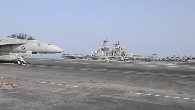 vidéos et rushes de the uss theodore roosevelt carrier strike group transits in formation with the makin island amphibious ready group in the south china sea april 9,... - attaque aérienne