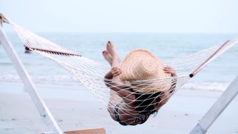 vídeos y material grabado en eventos de stock de el tiempo de las vacaciones - acostado