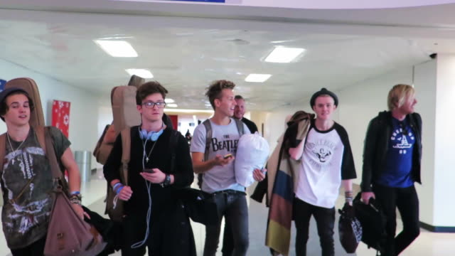 vidéos et rushes de the vamps depart los angeles international airport in celebrity sighting in los angeles, . - 16 17 ans