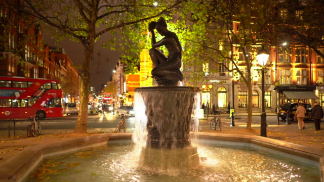 the venus fountain in the centre of sloane square, in autumn, london, uk. - kensington und chelsea stock-videos und b-roll-filmmaterial