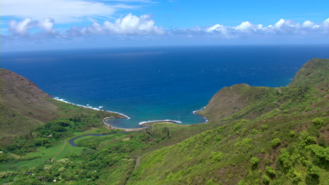 the verdant mountains of maui overlook the pacific ocean. - 谷点の映像素材/bロール