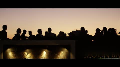 vídeos y material grabado en eventos de stock de the vertigo and moon bar at night, bangkok - tejado