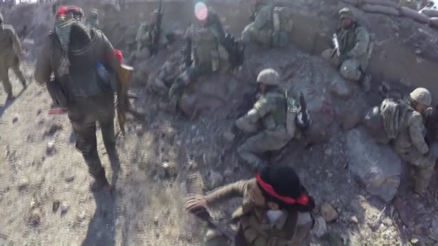 vídeos de stock e filmes b-roll de the video footaged on january 28 2018 shows that heavy clashes erupted between turkishbacked free syrian army fighters and the pyd/pkk terrorist... - batalha guerra