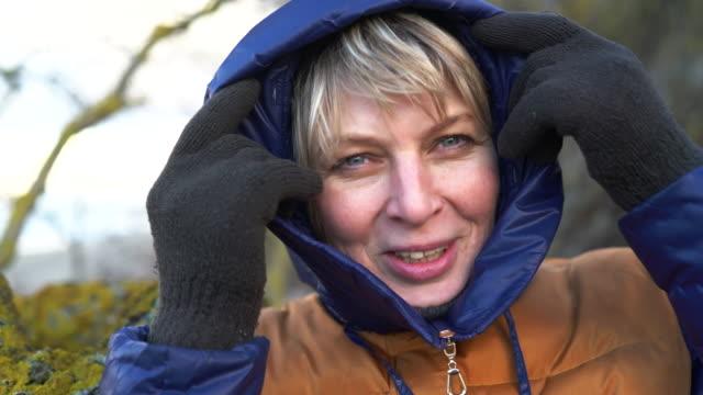 vídeos y material grabado en eventos de stock de vídeo retrato de la mujer madura de 50 años atractivo descansando en la playa del mar báltico - 50 54 years